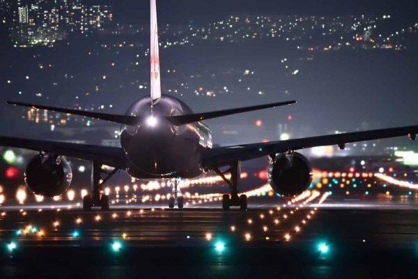Aeropuerto de avión nocturno
