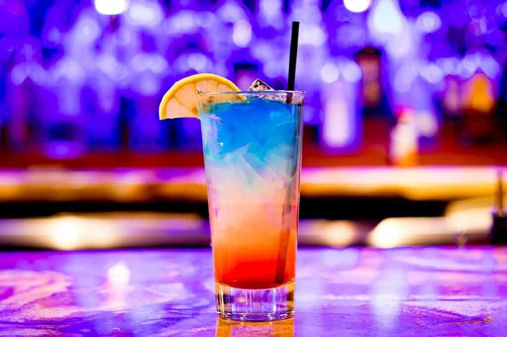 Una bebida en una fiesta nocturna.