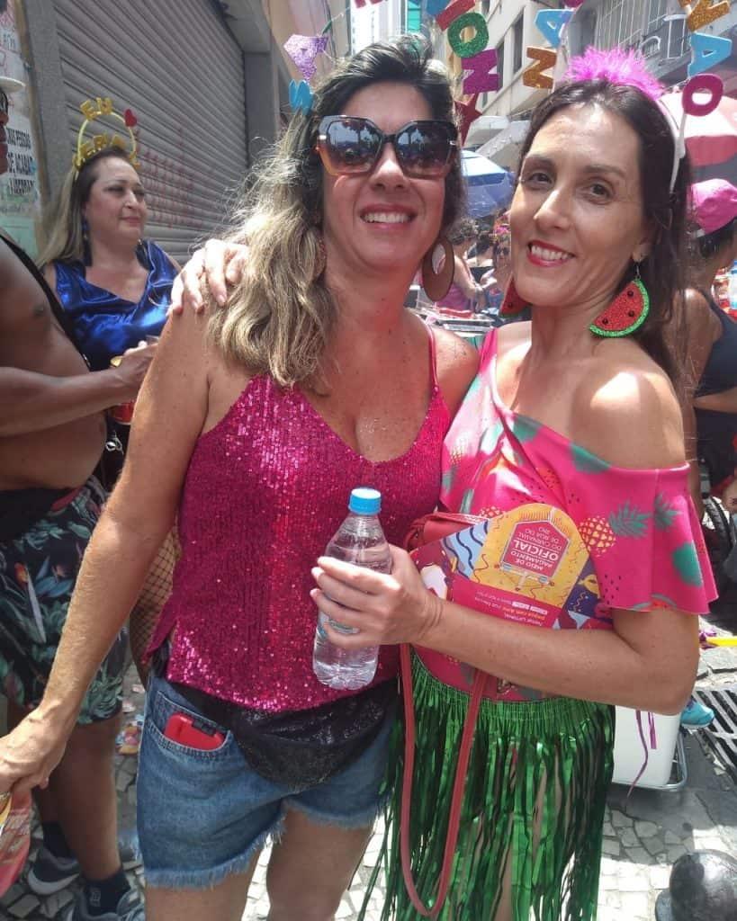 Dos mujeres posan para una foto en el carnaval callejero de Río