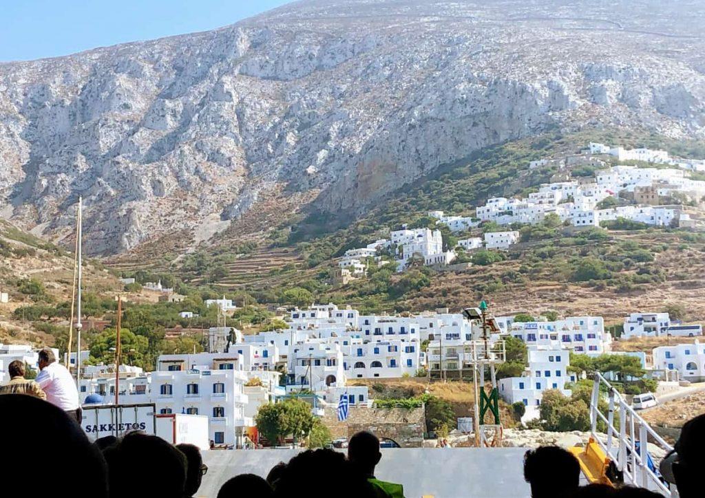 Vista desde el interior de Blue Star Ferry llegando a Amorgos, Grecia