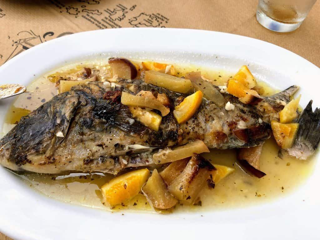 Plato de pescado Skaros en Amorgós, Grecia
