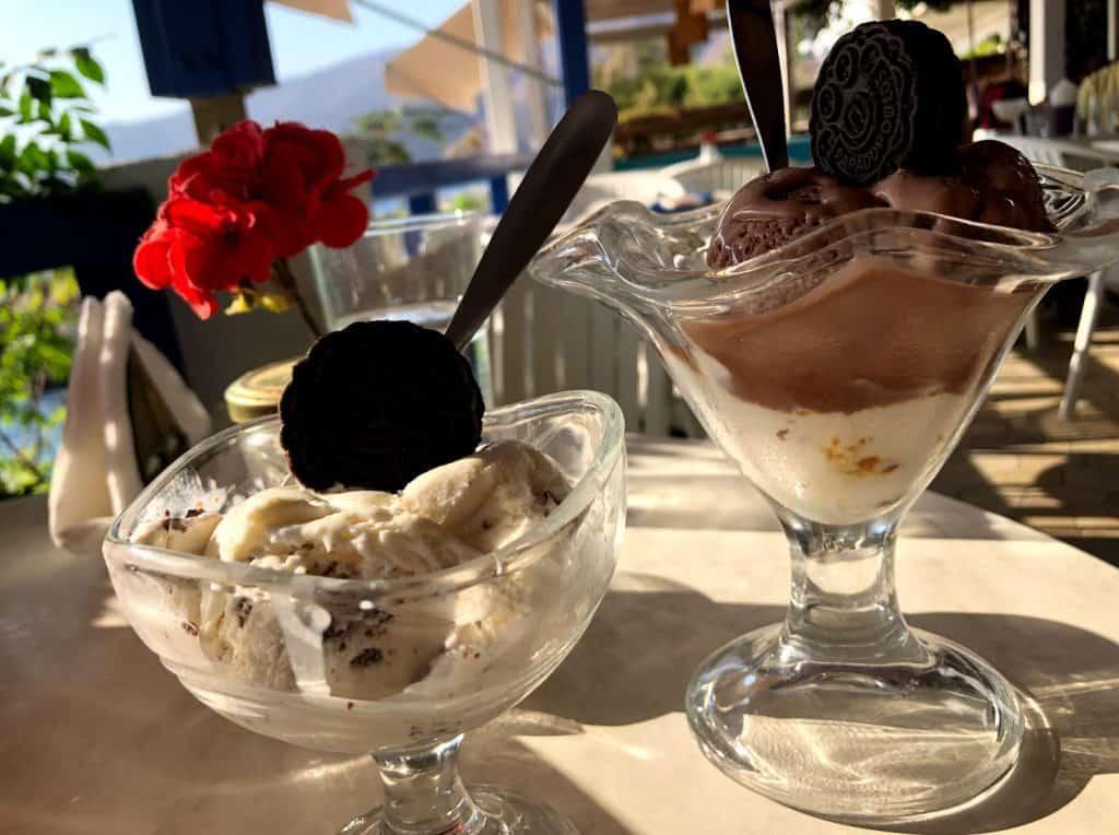 Helado en la cafetería Frou-Frou en Aegiali Amorgós
