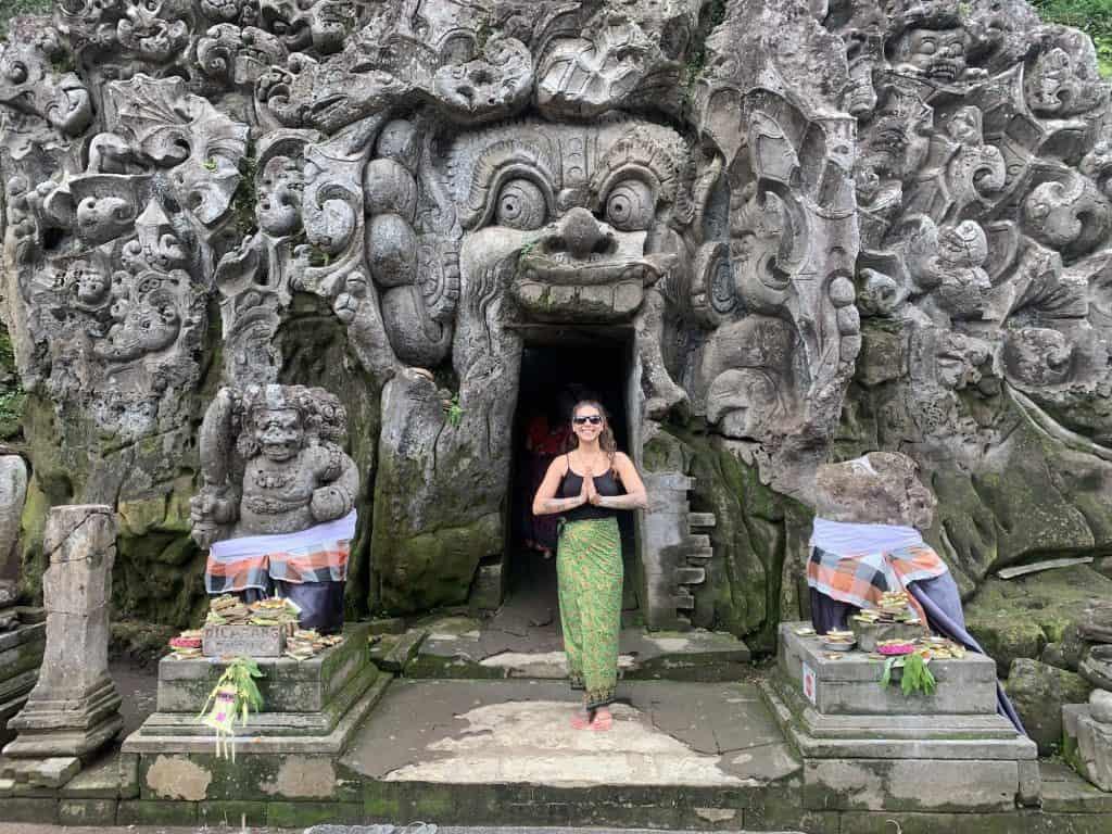 Chica frente al templo de Ubud