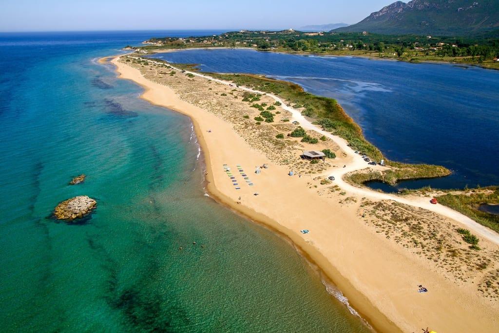 Vista aérea de la playa de Halikounas en Corfú, Grecia