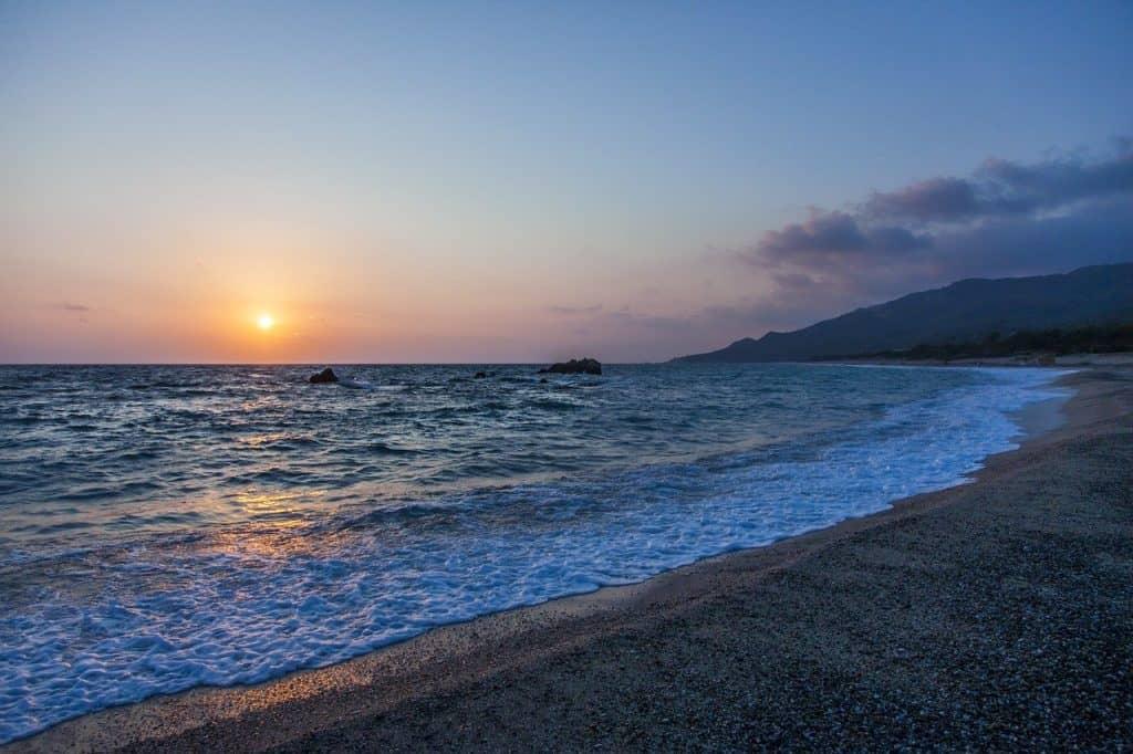 playa en preveza grecia con puesta de sol